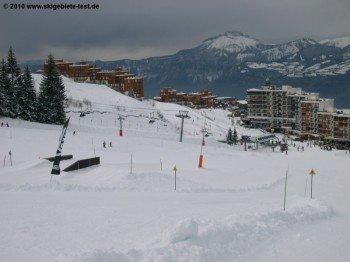 An den Talstationen wie hier in Prapoutel gibt es Essen und Trinken, aber keine Après Ski Stimmung!