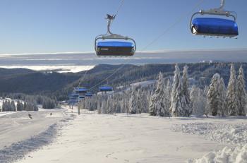Die Zeigerbahn verbindet das Skigebiet über die Bundesstraße hinweg.