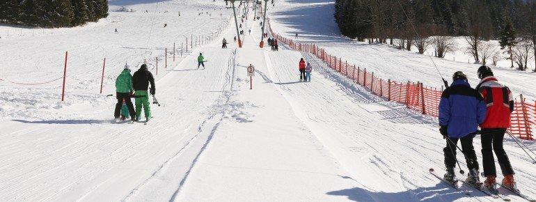 Ein Doppelschlepplift befördert Wintersportler in Lunz am See auf den 1.030 Meter hohen Maiszinken in Niederösterreich.
