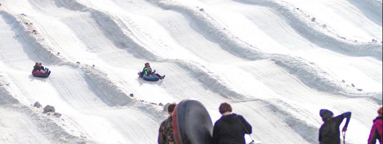 Auch Snowtubing kannst du im Skigebiet machen.
