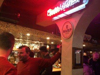 Abends im Clocktower Cellar: hier hast Du die Wahl aus 75 Biersorten und über 160 Whiskeys