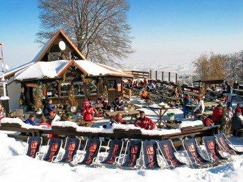Auf der Koča Luka Hütte, die direkt am Sessellift Habakuk liegt, kann man nicht nur einkehren, hier finden auch zahlreiche Veranstaltungen statt.