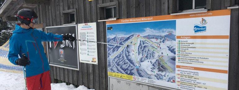 Infotafeln helfen den Skifahrern und Snowboardern an jeder Bergstation weiter.