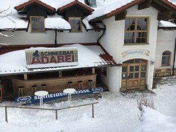 Eine der Einkehrmöglichkeiten: Die Firmianstubn am kleinen Almberglift samt Schneebar.