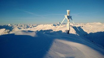 Das verschneite Gipfelkreuz am Schareck auf 3122 m.
