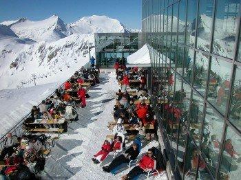 Auf der Sonnenterrasse des Restaurants Eissee kann man sich eine Pause gönnen und sich dabei am Ausblick erfreuen.