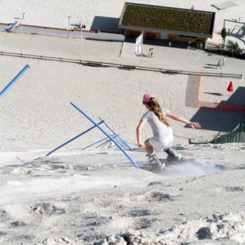 Die 30 Slalomtore bieten eine gute Trainingsmöglichkeit für die Meisterschaften im Sandskifahren und Sandboarden.