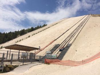 Eine moderne Liftanlage befördert Gäste auf den 150 Meter hohen Berg.