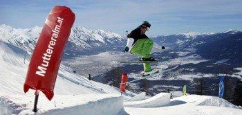 Im Funpark hat man fast das Gefühl, über Innsbruck zu springen. Auf einer Seehöhe von 1.600 Metern warten hier 25 verschiedene Elemente auf Freestyler.