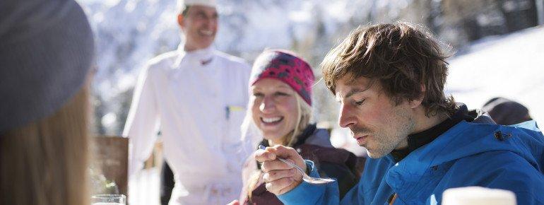 Auf der Sonnenterrasse des Erlebnisrestaurants Muttereralm gönnt man sich eine Pause und stärkt sich mit Tiroler Spezialitäten.