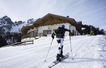 Für Skitourengeher sind die Pisten länger geöffnet. Immer mittwochs, am Skitourengehertag, kann man sogar bis 22:00 den Berg besteigen.