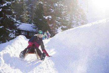 Zwei Rodelbahnen mit insgesamt 8 Rodelkilometern warten auf Wintersportler im Skigebiet Muttereralmpark in Tirol.