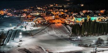 Auf der längsten (2,2 Kilometer) und breitesten Flutlichtpiste der Alpen werden auch abends die Hüften geschwungen.