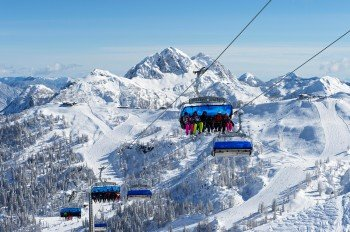Auf der neuen Rudnigsattelbahn erhält man einen herrlichen Ausblick in die verschneiten Berge.