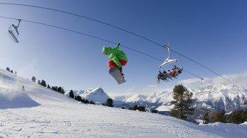 Im Snowpark Nauders gibt es zahlreiche Obstacles für Snowboarder und Freeskier.