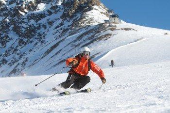 Ob Skifahrer oder Snowboarder - rasant geht es mit großen Schwüngen die gut präparierten Pisten hinunter.