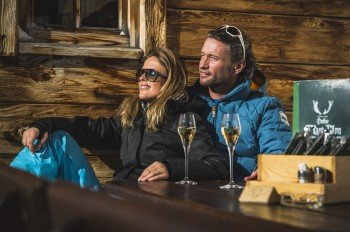 Bei Sonnenstrahlen macht auch jeder noch so aktive Wintersportler gern mal ein Päuschen auf der Terrasse.