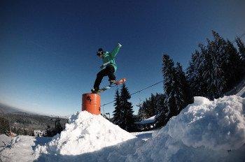 An Obstacles wie Kinked Box und Gastank können Snowboarder ihr Können unter Beweis stellen