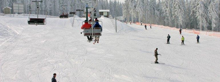 Neben einem Zauberteppich und einem Seillift werden Gäste des Skigebiets mit einem Sessellift befördert.