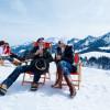 Nach einer Winterwanderung kannst du das Bergpanorama genießen.