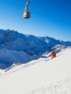 Mit der Nebelhornbahn geht es hinauf zum höchsten Gipfel der Zwei-Länder-Skiregion.