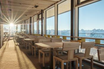 Das moderne Gipfelrestaurant lädt zum Verweilen ein