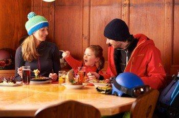 In den zahlreichen Hütten des Skigebietes stärkt man sich mit regionaler Kost.