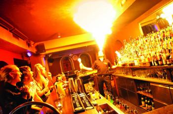 Spektakulär geht es in manchen Après-Ski-Bars in Obertauern zu.