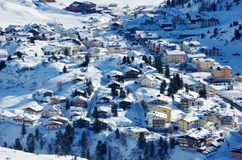 Blick auf den Ort Obertauern, der auf einer Passhöhe liegt.