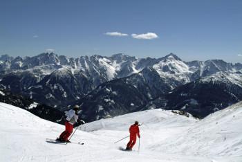 Zum Skifahren und Snowboarden stehen 12,2 km Pisten und 3 km Skirouten zur Verfügung.