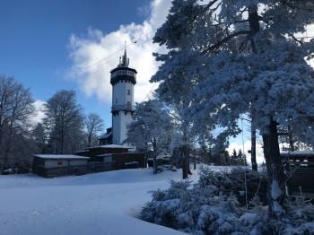 Der Skilift liegt direkt am Fröbelturm, wo sich auch ein Restaurant zum Einkehren befindet.