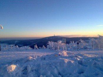 Toller Blick vom tief verschneiten Fichtelberg auf den gegenüberliegenden Keilberg, der bereits auf tschechischem Gebiet liegt.