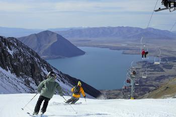 Wintersportler genießen beim Skifahren den Blick auf den Lake Ohau.