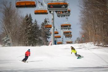 Die modernen Liftanlagen bringen Skifahrer und Snowboarder aller Könnerstufen zu geeigneten Abfahrten.