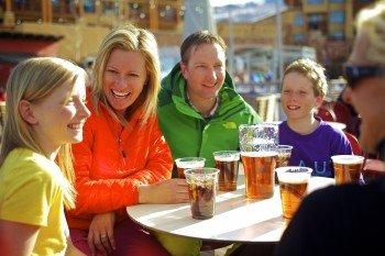 Die zahlreichen Bergrestaurants sorgen für leckere Speisen und Getränke während des Skifahrens.
