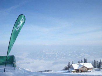Von den Hütten an der Petze genießen Wintersportler einen herrlichen Blick auf Großglockner und Koralpe.