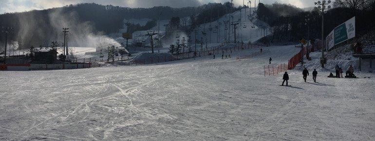 Mit Schneekanonen wird unter anderem besonders viel der große Snowpark und die Halfpipe (links im Bild) beschneit.
