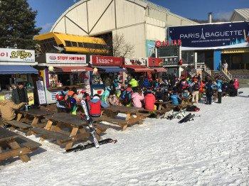 An Essensständen an der Talstation der Gondel können sich die Wintersportler stärken.