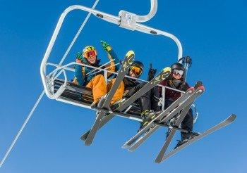 Der Sessellift Easy Rider Quad Chair transportiert Wintersportler im Skigebiet Porters in Neuseeland.