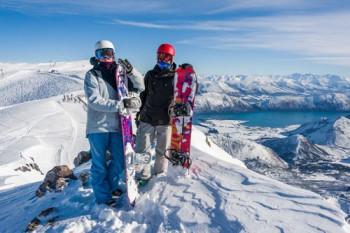 Sowohl Skifahrer als auch Snowboarder haben hier Spaß und sind von der tollen Aussicht begeistert.