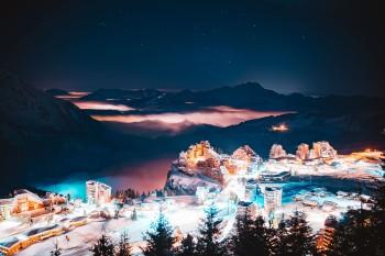 Mitten durch den Ort führen die Skipisten im Bergdorf Avoriaz auf 1800 Metern.