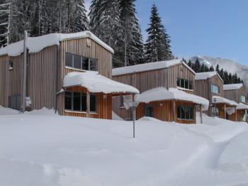 Das Hüttendorf bietet komfortable Unterkünfte mitten im Skigebiet.