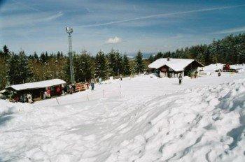 An der Talstation der Doppelliftanlage können sich hungrige Skifahrer stärken