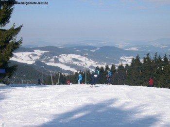 Das Skigebiet wartet mit einer tollen Aussicht über den bayerischen Wald auf
