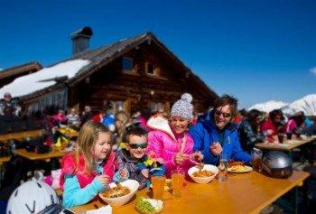 Mittagessen auf der Skihütte