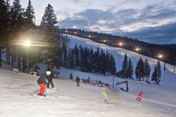 Beim Nachtskifahren werden die Pisten Jasa und Košuta beleuchtet.