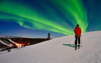 Zwischen September und März erscheinen in Saariselkä die Nordlichter über dem Horizont.