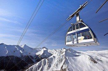 Mit der Doppelstockbahn geht es ins Skigebiet