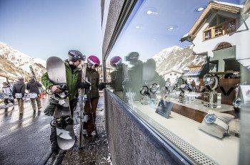 Nach dem Skifahren laden die 50 Shops in Samnaun zum Duty Free Shopping ein.