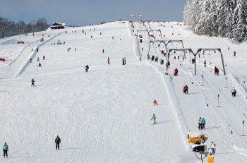Der Doppel-Schlepplift in Grün bringt die Wintersportler auf den Berg.